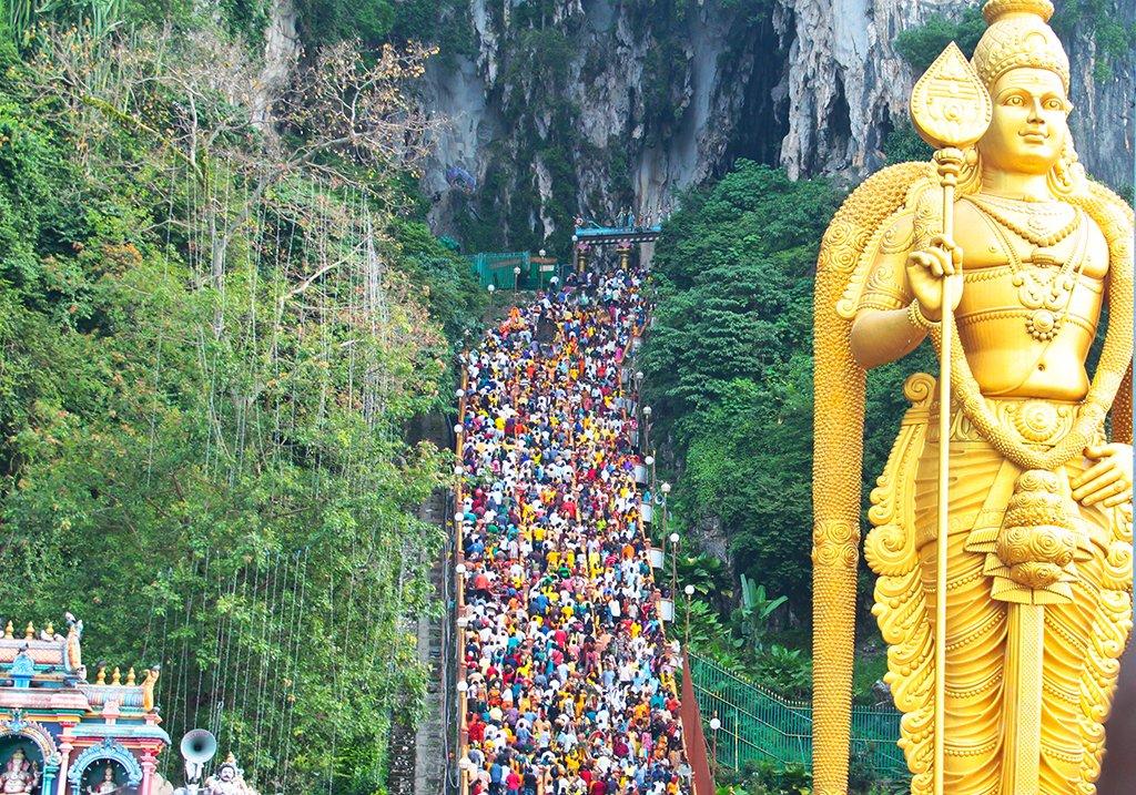 Les 272 marches menant aux grottes de Batu