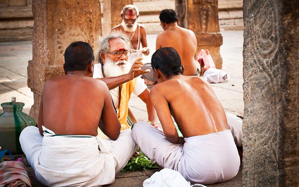 Bénédiction des pèlerins par les sadhus